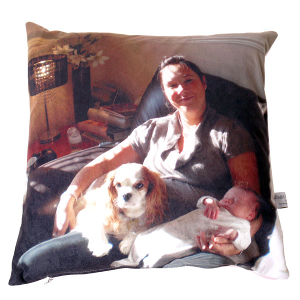 Cushion with a picture of a mum, child and a dog