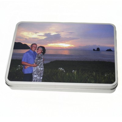 Tin with a picture of a couple