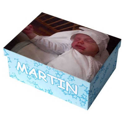 "Box with a blue star pattern, a sleeping baby and ""martin"" written on it"
